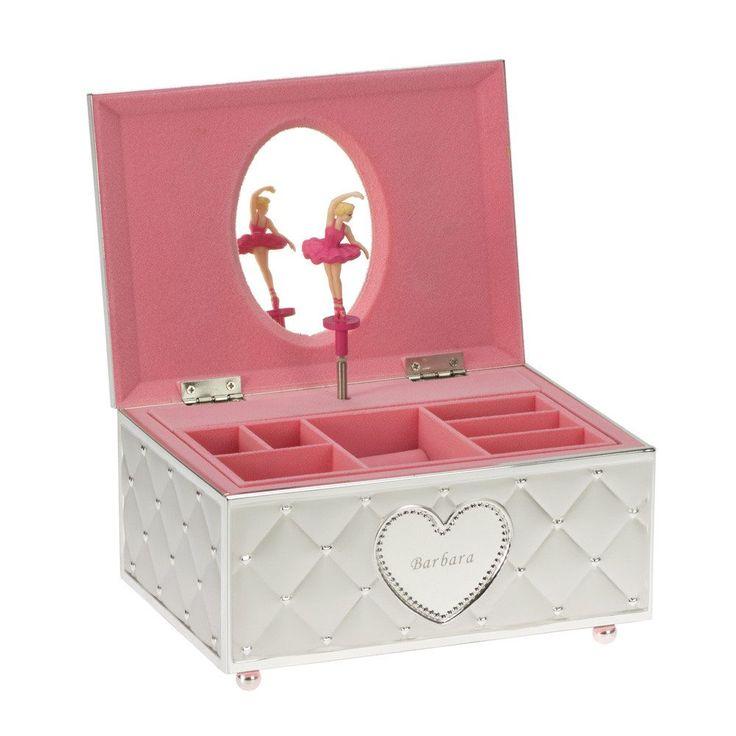 Dette smykkeskrinet er som en bildebok – en liten, dansende ballerina dukker opp når du åpner skrinet sammen med passende musikk fra spilledåsen. Dette er et forseggjort, lite skrin for smykker. De som har en forkjærlighet for juveler og nostalgi kommer til å elske denne gaven!