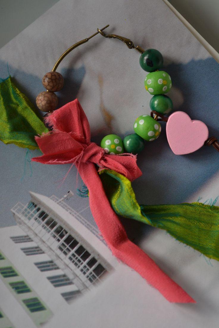 """Boucles d'oreille dépareillées créoles """"Mon coeur tendre"""" avec soie de sari indien, rose et vert, perles en bois, : Boucles d'oreille par les-perles-de-eihpos"""