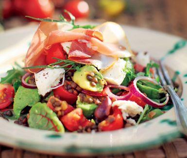 Mycket god och mättande mozzarellasallad med skinka. Fenomenal rätt med rödlök, linser, tomat, avokado, oliver, mozzarella och lufttorkad skinka. Idealisk som bjudrätt!
