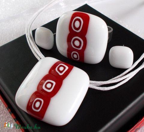 Meska - Fehér elegancia piros mintával üvegékszer, ajándék nőnapra, névnapra, születésnapra. Dittiffany kézművestől