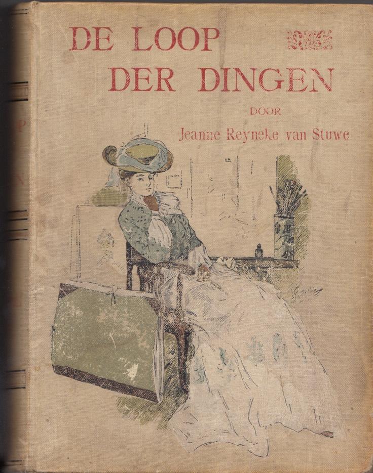 """De loop der dingen (1902) Uit het eerste hoofdstuk: """"Haar ellebogen rustten op de heupen, haar handen vouwde zij, zoo bleef zij staan, verzonken in gedachten. Haar groote, breede figuur, nadrukkelijk afgelijnd door de strakke, zwarte japon, deed massief en zwaar in de ijle kamer-ruimte; haar beenig, leelijk-geel gelaat, met de donkere glad weg-gestreken haren, was een vreemde, bleeke vlek tegen het diep-glanzend mahonie der kast."""""""