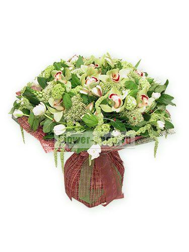 Огромный плотный букет из удивительных цветов в шикарной упаковке.