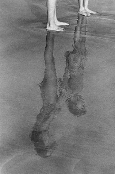 Preciosa. Los reflejos son siempre maravillosos para las fotos. Me gusta la edición en blanco y negro y que sea el reflejo de los niños en el agua lo que tenga el protagonismo.