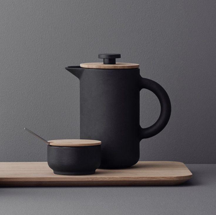 Minimalistická kolekcia kuchynských čajových a kávových doplnkov THEO z dielne dánskej dizajnovej značky Stelton je vyrobená z pravej nefalšovenej škandinávskej kameniny. V kombinácii s teplým bambusovým drevom vytvárajú harmonický celok, ktorý stimuluje vaše zmysly. Nádoba na cukor patrí do kolekcie THEO, rovnako ako čajník so šálkami, french press, coffee maker či kanvička na mlieko. Kvalitné a nadčasové prevedenie produktov zaručuje ich dlhodobú životnosť a vašu dlhodobú spokojnosť..