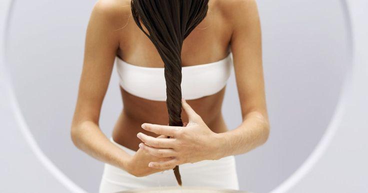 Cómo tratar el cabello seco y quebradizo. La causa del cabello seco y quebradizo es la falta de humectación que, a su vez, está ocasionada por usar demasiados productos para peinar el cabello, por lavarse el pelo con champú con demasiada frecuencia o hacerse reflejos o teñirse el cabello periódicamente. La exposición al sol y los productos para el pelo con base de alcohol también pueden ...