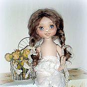 Купить или заказать Принцесса на горошине в интернет-магазине на Ярмарке Мастеров. Как же замечательно,когда у тебя есть любимая бабушка!Хочешь-тебе мороженое, хочешь-конфеты.Домик под столом устроить-да пожалуйста!,А то подушки со всех кроватей в кучу-вот ты уже и принцесса!Да не простая,а на горошине))) Да здравствуют бабушки всех стран мира! Знакомьтесь: текстильная куколка Принцесса на горошине,она же - Полинка. Куколка-болтушка. Сидит уверенно на своих подушечках.