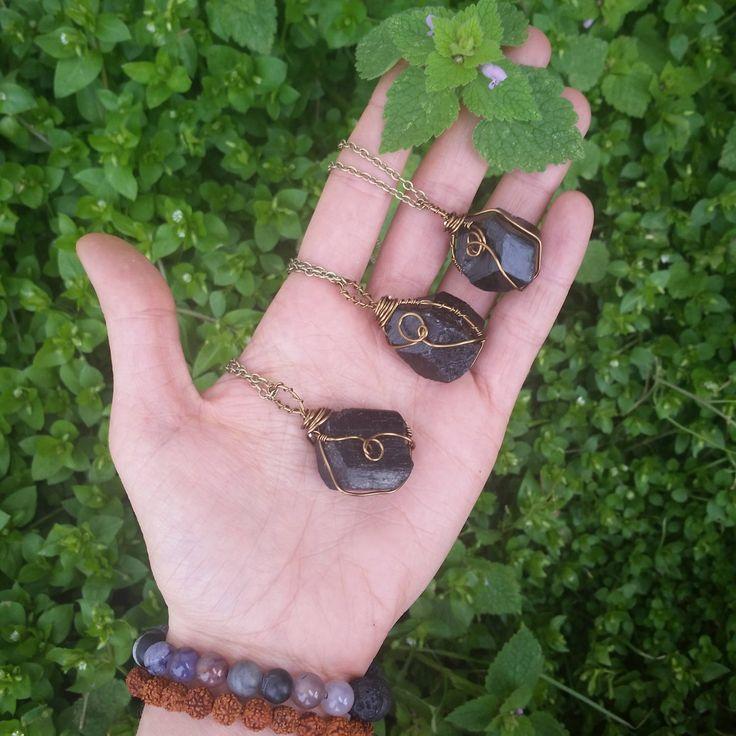 Cristales de turmalina negra cruda ------------------------------------------------------- Los collares son mano alambre envuelto en alambre bronce entonado a cada cristal único Los tamaños varían ligeramente -----------------------------------------------------------  Todos los collares vienen en un collar de cadena de cierre Opción longitudes de 16 18 y 30