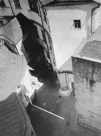Alexander Rodchenko - Courtyard on Myasnicka-Street - 1928