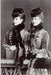 Maria da Dinamarca (esq.) com a irmã Alexandra.