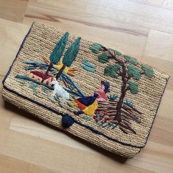Vintage Handtasche aus Bast mit gesticktem Motiv. Zu finden auf Etsy.