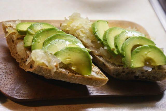Avocado-hapankaalileipä ja muita hyviä hapankaaliohjeita (jälkilämmössä)