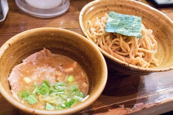 吉祥寺で濃厚つけ麺をウリにする、大人気ラーメン店がこちら。動物魚介のスープにオリジナルの野菜ペーストを入れて仕上げた、昨今ではベジポタ系と呼ばれるつけ麺を提供しています。かなりドロリとした粘度の高い仕上がりが特徴ながらも、油によるものではないので決してくどくありません。砂糖や酢などの味付けにも頼らず、野菜による自然な甘さが生きてます。麺は3種類から選択可能で、お店オススメは写真の胚芽麺。麺自体の旨さは勿論、濃厚スープとの絡みの良さも文句なしで旨い。吉祥寺でつけ麺なら、ここは絶対外せません。