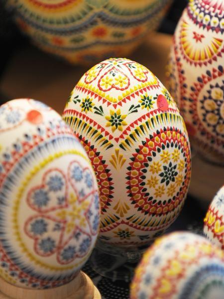 Wachsen, Bossieren, Kratzen und Ätzen sind die traditionellen Sorbischen Verziertechniken für Ostereier