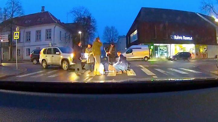 #Aide, #Mamie, #Tomber, #Véhicule   Kuressaare Estonie, l'automobiliste est sorti de sa voiture pour aider une vieille dame à la difficulté de la route. Dans le feu de l'action, l'homme oublié de mettre le frein à main et la voiture commence à avancer seul. Le bon samaritain a essayé d'arrêter leur véhicu...