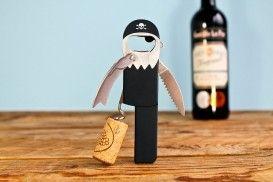 Flessenopener Piraat van Suck UK Deze piraat mag dan wel 1 been hebben, maar hij is alsnog snel, hardwerkend en heel handig. Je hebt je fles in no time open. #flesopener #wijn #cadeau #mannen #sinterklaascadeau #kerstcadeau #verjaardagscadeau #gadget #vaderdag