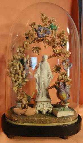 Ancien globe de mariés avec vierge en biscuit, sabot, coq, fleurs etc...