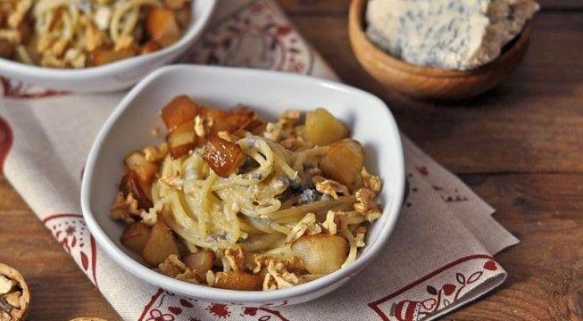 La ricetta degli spaghetti con pere, noci e roquefort, un primo piatto vegetariano facile e veloce da realizzare.