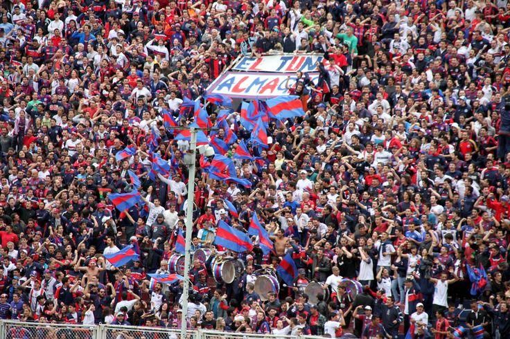 Las banderas le dieron color a la tribuna.