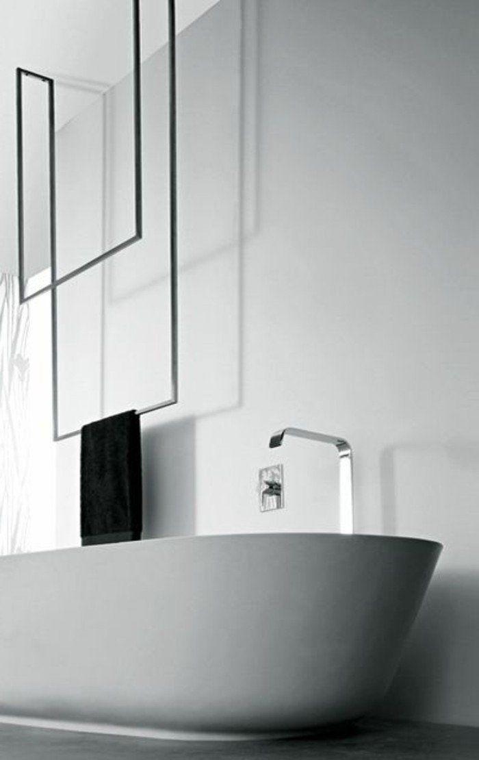 porte serviette murale salle de bain en fer noir, baignoire blanche