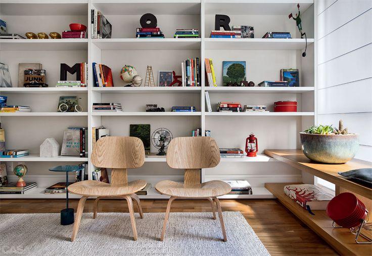 Apartamento em Ipanema por Be.bo. - A estante de laca branca (Movere Móveis) cobre toda a parede. #living #shelves #marcenaria