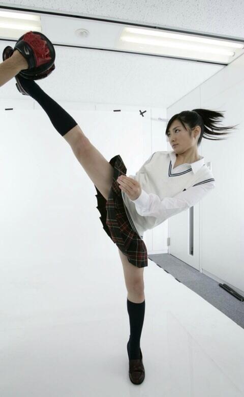 ここまで鋭い角度のハイキック少女はなかなか見ない。 pic.twitter.com/yqVMfqD45N ミニスカートの制服美少女が放つハイキックが、蹴られたいほど美しい - トゥギャッチ http://togech.jp/2014/05/14/8398 @togech_jpさんから
