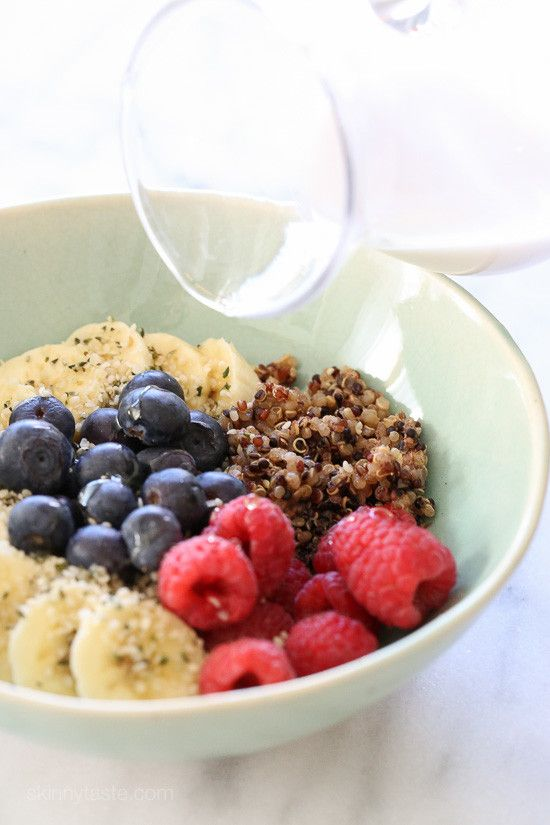 Berry Quinoa Breakfast Bowls –a healthy breakfast bowl packed with protein, antioxidants, vitamins, nutrients and fiber and a great way to get your daily intake of fruit. Make the quinoa ahead for a quick breakfast on the go!