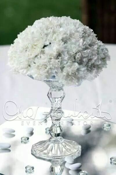 Cristallo e garofani bianchi per il centrotavola elegante