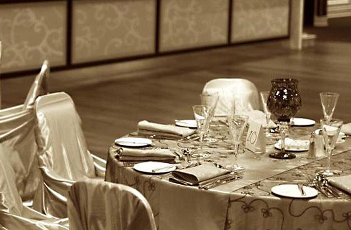 Grand Luxe, Toronto - gold table linen