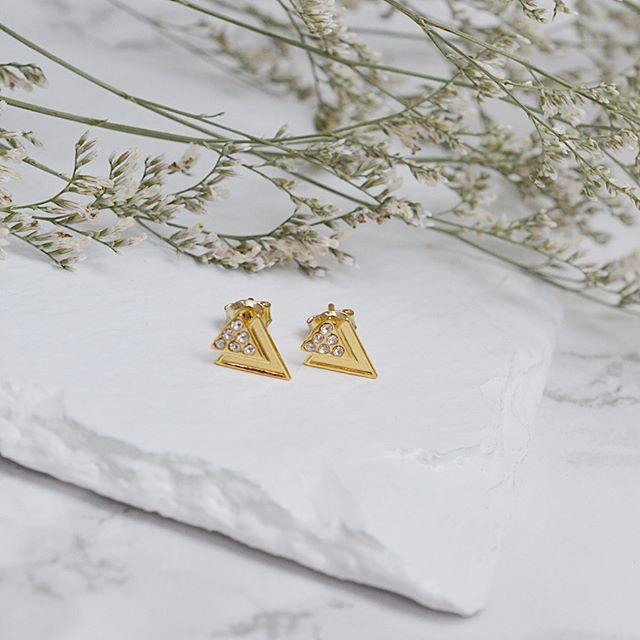 Złote kolczyki z kryształkami swarovski. Cena:69zł. Kup na: https://laoni.pl/zlote-kolczyki-trojkaty-swarovski #swarovski #kryształki #kolczyki #złote #sztyfty