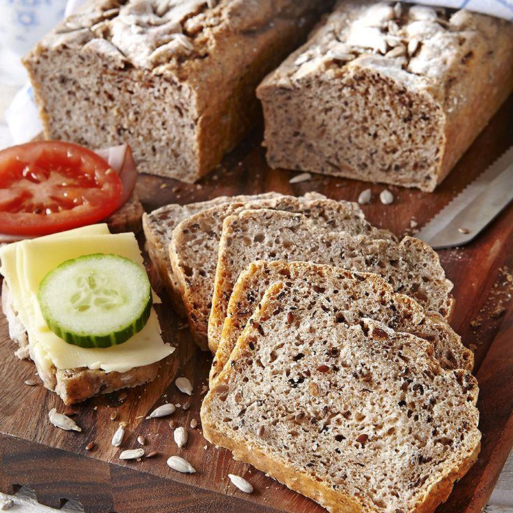 Rustikt bröd med rostade solros- och linfrön i degen.