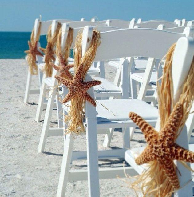 Bu yazın düğün trendlerinden biri de plaj düğünü. Sandalyeleri deniz yıldızlarıyla donatabilirsiniz.