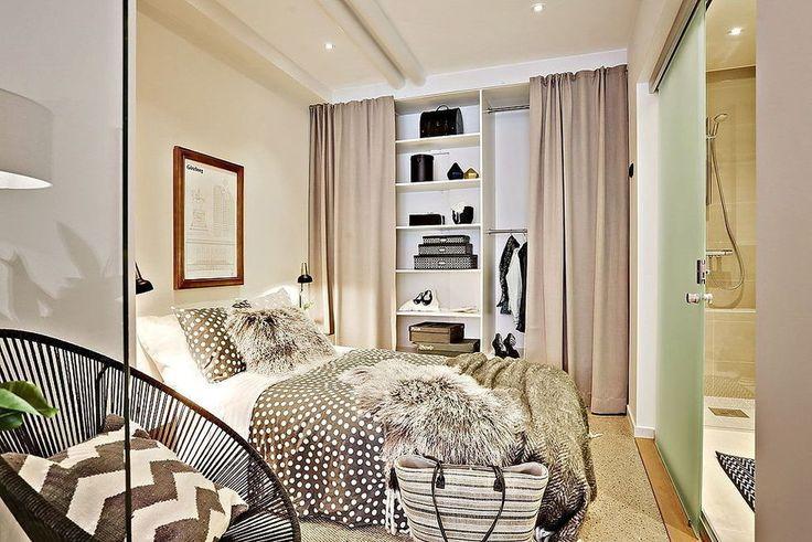 Спальня в бежевых тонах. Шкаф с шторами вместо дверок. Меховые подушки и покрывало.