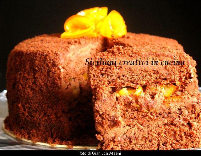 Torta al cioccolato con mousse al cioccolato e arance caramellate