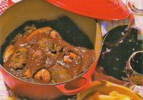 MACARONADE A LA SETOISE (Pour 4 P : 400 g de macaroni, 1 os à moelle, 300 g d'escalopes de paleron de boeuf, 12 tranches fines de lard maigre fumé, 1 petite boîte de tomates concassées (ou pulpe de tomates), 1 c à s de concentré de tomate, 25 cl de vin rouge, 1 oignon haché, 2 gousses d'ail, 1 bouquet de persil, huile d'olive, parmesan, sel, poivre blanc)