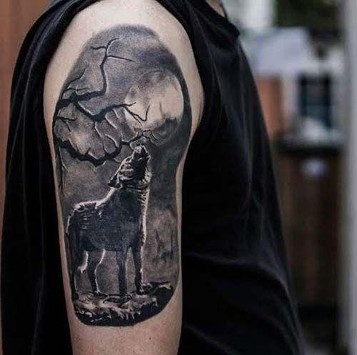 erkek üst kol uluyan kurt dövmesi man upper arm wolf tattoo