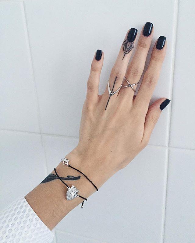 Про тату на пальцах: чтобы полосочка вышла такой, какая она есть сейчас, я корректировала её 4 раза. Лотос навела второй раз, после первого боковые листочки совсем стерлись, все остальное было пунктиром. Можно конечно сделать и с первого раза, плюс в том, что наводить не надо будет, минус в том, что поплывет Ниточки @wannabeband #sashatattooing #linework #tattoo #linework