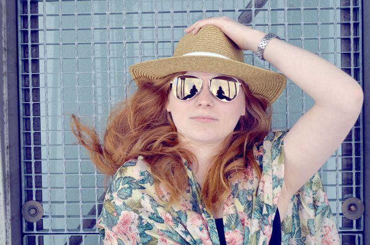 Hallo Sommer, ich bin bereit! Mit einem Poncho von Esprit für 25,99 Euro und einem Strohhut von Vero Moda für 14,95 Euro. Die verspiegelte Sonnenbrille haben wir bei H & M entdeckt: 6,99 Euro https://mag-mag.de/here-comes-the-sun-mit-bikinis-und-mehr/