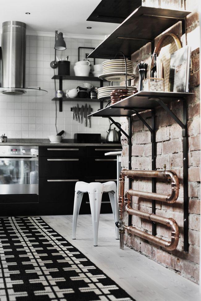 Радиаторы отопления: какие лучше для квартиры (47 фото) – сравниваем варианты http://happymodern.ru/radiatory-otopleniya-kakie-luchshe-dlya-kvartiry-47-foto-sravnivaem-varianty/ Медный радиатор отлично впишется в интерьер кухни лофт Смотри больше http://happymodern.ru/radiatory-otopleniya-kakie-luchshe-dlya-kvartiry-47-foto-sravnivaem-varianty/