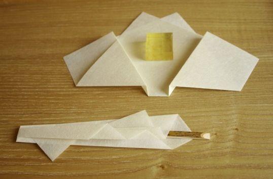 楊枝包は折形に興味を持つきっかけになったもの。  いままで色々な紙で折ってきたのですが、 今回は楮100%の手漉き和紙を使ってみた。  今までになくしっくりくる。  私は折形に和紙をあまり使いません。 和の文化なのに何故?と思われることでしょう。 何故なら 和紙は和紙である必然性の高いものに 使う方が良いと思うから。  楮100%の手漉き和紙には耐久性がある。 だとしたら、建築などの住空間で使った方が和紙も幸せだと思う。  折形は刹那な美を演出するもの。 おもてなしの気持ちを相手に届ける一瞬に最も輝く。  美しさの寿命を考えると、和紙が使えなかった。  私の中の罪悪感は消えないが、 一瞬の輝きを強める為に 和紙の力を借りることも考えようと思う。