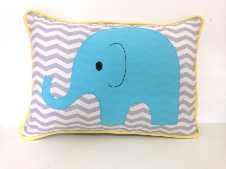 Almofada decorativa para enfeitar poltrona em quarto de bebê. <br>Tema chevron cinza com elefante azul turquesa. <br>Apelidado de zig zag. Temos disponibilidade para fazer enxoval completo nesse tema. <br>O azul turquesa e o amarelo pode ser substituído por outras cores, como: amarelo e pink, turquesa e verde...