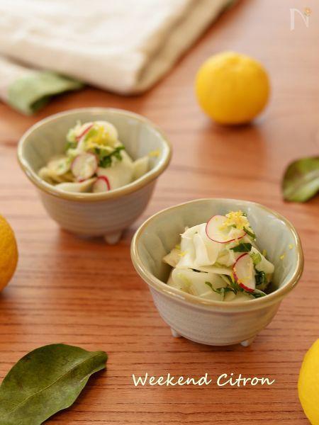 塩もみしたカブとホタテ水煮缶で作る簡単サラダ。ラディッシュの赤とカブの葉の緑が華やかでクリスマスやお正月のテーブルにもピッタリです♪