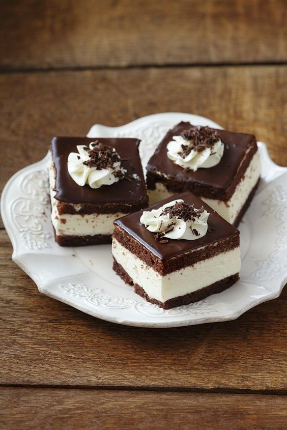 Verführung pur! Schokoladenkuchen mit Sahne gefüllt | http://eatsmarter.de/rezepte/schokoladenkuchen-mit-sahne