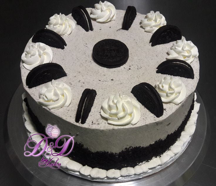 Oreo Cookies & Cream Cake  Chocolate cake frosted with a cream cheese frosting mixed with lots and lots of crushed Oreo cookies. Garnished with crumbled cookies on the sides and Oreo cookies sandwiches on top.  Duuuusshhiiii.......  Call and order yours!!!!!  #dushi #curacao #ydk #oreo #chocolate #cookies