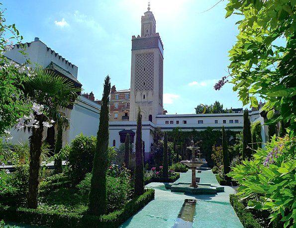Grande Mosquee de Paris interior oasis courtyard. Photo ©7_70