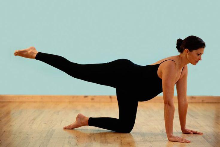 ¿Cuánto debo esperar para comenzar yoga Bikram después del parto?. El yoga Bikram a alta temperatura, una serie extenuante de 26 posturas, introducida a los EE.UU. por Bikram Choudhury, requiere ser practicado en una sala calentada a unos 105° F. Las mujeres embarazadas pueden y deben realizar yoga ...