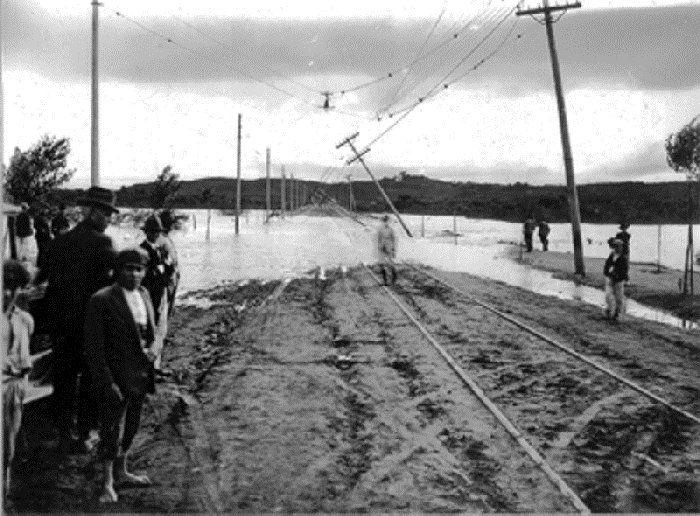 A avenida Cidade Jardim junto à ponte da época. Notar a linha reta para além da ponte sentido Magnólias e o rio inundado: foi a inundação de fevereiro de 1929 (Agencia Estado)