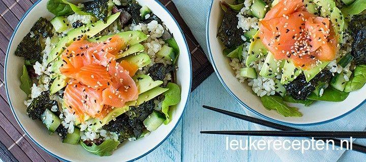 Geen zin om sushi te rollen? Maak deze salade met sushirijst, zalm en nori en je bent zo klaar!