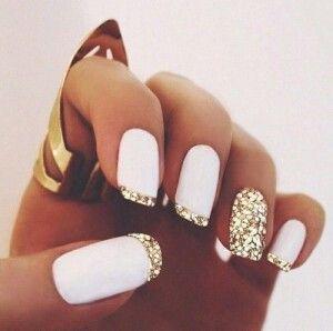 Przepiękne paznokcie biały mocny lakier i złote cekinki do paznokci