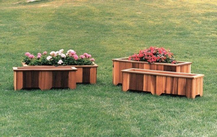 bacs à fleurs en bois de design original dans le jardin avec gazon naturel