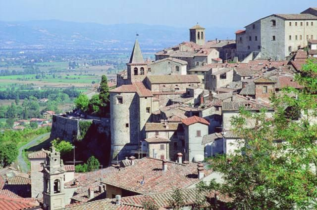Anghiari and its memories of the famous lost painting by Leonardo da Vinci on the Battle of Anghiari of 1440 is a romantic destination for intimate weddings with your near and dear, in an ancient location with sweeping views of the Upper Tiber Valley, Valtiberina